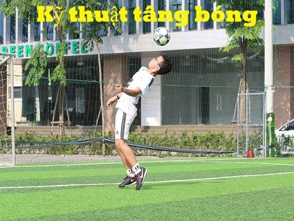 Cách tâng bóng cơ bản cho người mới chơi bóng đá